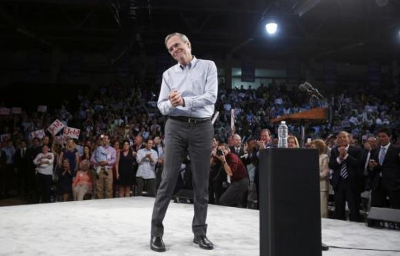 Republican U.S. presidential candidate and former Florida Governor Jeb Bush acknowledges supporters while formally announcing his campaign for the 2016 Republican presidential nomination during a kickoff rally in Miami, Florida June 15, 2015. REUTERS/Carlo Allegri